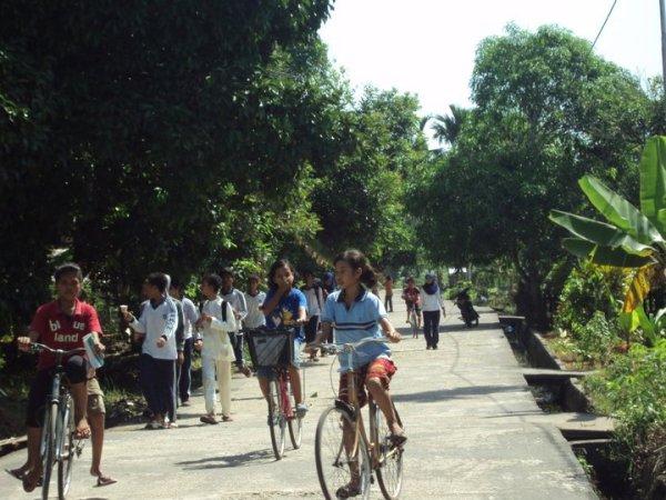 Jalan Utama di Desa Bokor